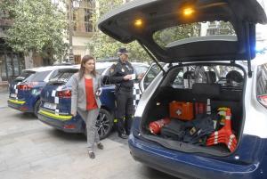 La concejala Raquel Ruz inspecciona los nuevos vehículos de la Policía Local.