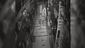 Uno de los atracadores, robando en un bar.