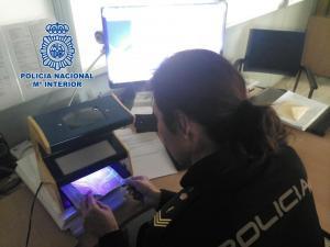 La Policía examina un pasaporte.