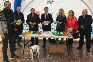El alcalde ha entregado los primeros botes a dueños de perros.
