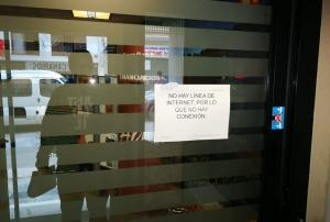 Cartel colocado en la puerta de un banco de Montefrío este jueves.