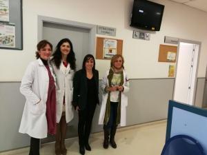 La alcaldesa de Las Gabias, con responsables del centro de salud.
