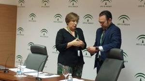 Los gerentes de los hospitales Virgen de las Nieves y PTS, Pilar Espejo y José Luis Gutiérrez, respectivamente.