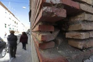 Estado de una fachada en un bloque de Santa Adela.