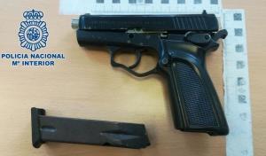 Pistola intervenida al detenido.