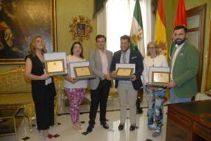 El alcalde en la entrega de placas de reconocimiento al equipo que ha vestido a la Tarasca.