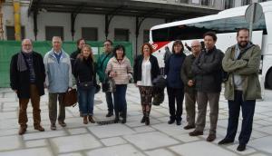Representantes de los colectivos que integran 'Granada por el tren', a las puertas de la estación.