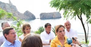 La delegada de Medio Ambiente informa de la Bandera Verde en la playa de La Rijana.