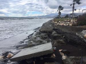 Daños en Playa Granada, a la altura del hotel, donde ha desaparecido la playa y el agua ha llegado a entrar en los jardines del establecimiento.