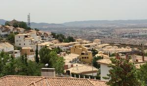 Vista de Granada y en primer plano, los cármenes de San Miguel.
