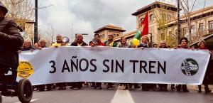 Marea Amarilla y Granada en Marcha portaban la pancarta con el lema'tres años sin tren'.