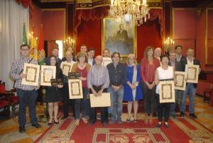 Los premiados muestran sus diplomas.
