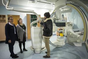 La gerente del hospital, Pilar Espejo, en el centro, supervisa el nuevo equipamiento.