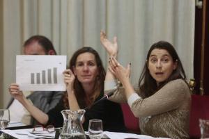 Marta Gutiérrez, junto a Pilar Rivas, en un pleno.