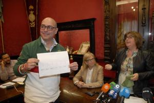 El periodista Juan de Dios Jerónimo (Cope) muestra el número agraciado.
