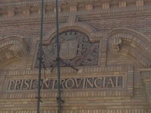 Puerta de la cárcel vieja, construida en 1931. El escudo de la II República fue respetado por el franquismo y la posterior monarquía. Uno de los pocos ejemplos del respeto al pasado.