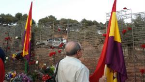 El Memorial se levanta frente a la tapia del cementerio.