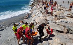 Bañistas observan el simulacro de rescate.