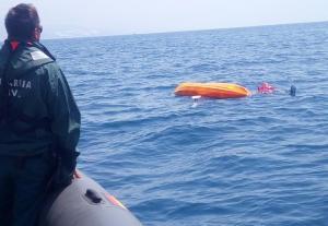 Imagen del piragüista cuando iba a ser rescatado.