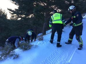 Bomberos y Guardia Civil rescataron al accidentado.