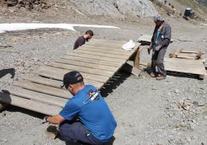 Trabajadores de Cetursa acondicionan una de las pistas.