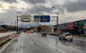 Entrada a Granada con la señalización del paso subterráneo hacia Avenida de Andalucía cortado.