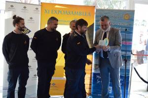 Entrega del premio a los integrantes de Salvamento Marítimo.