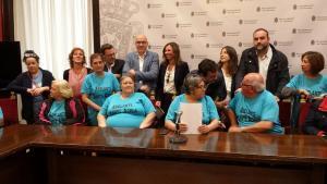 El alcalde y los representantes de los grupos municipales con las vecinas de Santa Adela.