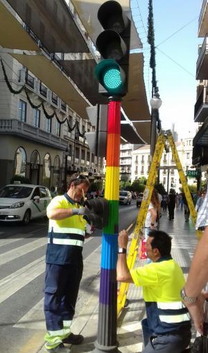 Operarios pintaban con los colores de la bandera arcoíris semáforos en Reyes Católicos.