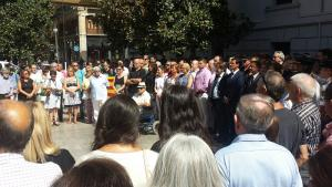 Minuto de silencio ante las puertas del Ayuntamiento de Granada.