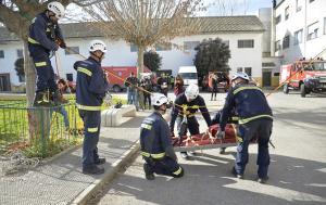 Evacuación de una persona herida en el simulacro.