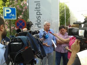 Representantes sindicales a las puertas del hospital.