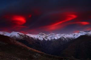 Sierra Nevada, en una bella puesta de sol que tiñe de rojo las nubes.