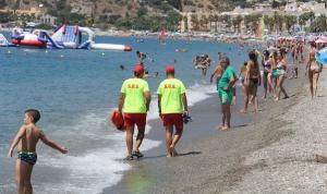 Socorristas en una playa de Almuñécar.