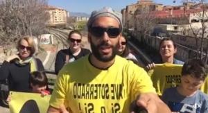 Candel, en las vías del tren de la Chana con la camiseta amarilla de la Marea.