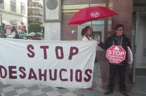 Concentración de protesta de Stop Desahucios el pasado jueves en la plaza Isabel la Católica.