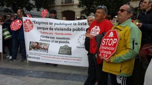 Concentrados, a las puertas del Ayuntamiento de Granada.