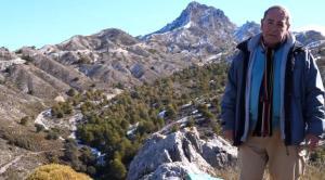 Manuel Titos, con el pico Trevenque al fondo.