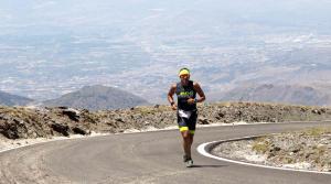 Juan Manuel Cárdenas, ganador del Triatlón de Sierra Nevada al llegar al observatorio.