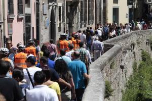 Turistas y usuarios de 'segways' en la Carrera del Darro.