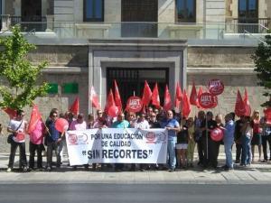 Protesta a las puertas de la Delegación de Educación.