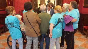 Baldomero Oliver conversa con las vecinas del día que resolvió la Mesa de Contratación.