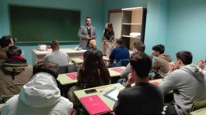 El alcalde y la concejala de Educación se dirigen a los jóvenes que están preparando el B1.