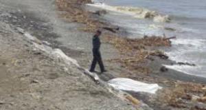El cadáver de una de las víctimas de las riadas yace en una playa de Albuñol.
