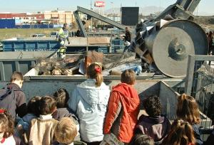 Visita de escolares al Ecoparque, que acogerá actividades de sensibilización.