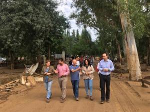 La delegada de la Junta, con la subdelegada del Gobierno, el alcalde de Loja, el alcalde pedáneo y el portavoz del PSOE lojeño, en su visita a la zona.