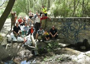 Voluntarios, con bolsas de residuos, en la Fuente de la Pita.
