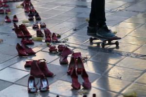 Detalle de la exposición Zapatos Rojos contra la violencia de género.