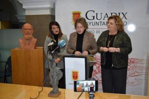 La alcaldesa de Guadix lee el fallo del jurado.