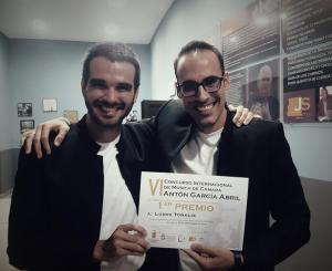 El dúo ganador muestra su alegría tras recibir el primer premio.